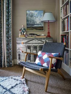 Ben and Charlie live on the top floor of an old Georgian house in Bloomsbury that now provides the headquarters to a renowned artistic society. The flat was added and extended out of old attic garrets in the 1920s, and now provides a stunning, light-filled interior with a view over the leafy square. The flat, …