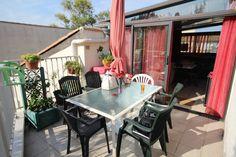Réf: 5963 Bel appartement T2 proche plage (200m) Entrée sur véranda, cuisine aménagée, salle d'eau, wc séparés, 1 chambre, terrasse de 15m2 environ. Le tout en bon état. divers: climatisation reversible, belle cuisine aménagée.