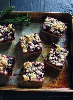 blueberry crumb bars with rosemary crust ~ une gamine dans la cuisine Sweet Desserts, Just Desserts, Sweet Recipes, Delicious Desserts, Dessert Recipes, Yummy Food, Blueberry Crumb Bars, Yummy Treats, Sweet Treats
