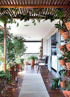 Um lugar para expor orquídeas foi a única exigência da moradora. A paisagista Paula Galbi, em contrapartida, resolveu ir além do pedido ao resgatar um item comum em jardins, mas dificilmente visto em varandas: a pérgola