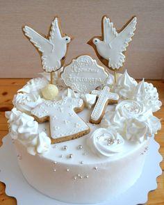 44 отметок «Нравится», 1 комментариев — Ирина Капитонова (@iren.cake) в Instagram: «Нежный тортик на Крестины. Сверху белоснежный, а внутри шоколадный-шоколадный!!! #тортбезмастики…»