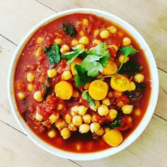 Instant Chickpea Curry. A super quick and easy meal to try.⠀⠀⠀⠀⠀⠀⠀⠀⠀ ⠀⠀⠀⠀⠀⠀⠀⠀⠀ Here's the recipe: ⠀⠀⠀⠀⠀⠀⠀⠀⠀ Ingredients ⠀⠀⠀⠀⠀⠀⠀⠀⠀ 1 cup chickpeas⠀⠀⠀⠀⠀⠀⠀⠀⠀ 1 tin chopped tomatoes ⠀⠀⠀⠀⠀⠀⠀⠀⠀ 1 tsp curry⠀⠀⠀⠀⠀⠀⠀⠀⠀ 1/2 tsp garlic powder⠀⠀⠀⠀⠀⠀⠀⠀⠀ Chopped spinach⠀⠀⠀⠀⠀⠀⠀⠀⠀ Salt and pepper to taste⠀⠀⠀⠀⠀⠀⠀⠀⠀ ⠀⠀⠀⠀⠀⠀⠀⠀⠀ 1. Place all the ingredients in a pot and bring to the boil. Heal through and serve in a bowl or on a bed of brown rice, whole-wheat couscous or a sweet potato. ⠀⠀⠀⠀⠀⠀⠀⠀⠀ Enjoy!😋😋 Plant Based Nutrition, Nutrition Tips, Chickpea Curry, Chopped Spinach, 1 Place, Easy Food To Make, Chickpeas, Garlic Powder, Brown Rice
