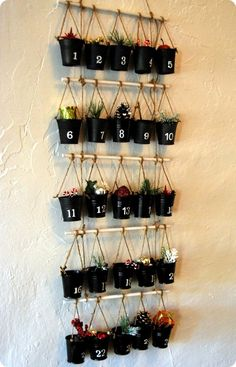 de petits pots décoratifs et noirs remplis de petits cadeaux