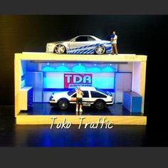 425k blom ongkir 2kg dri bandung Diorama garage racing JDM Luxury garage elegant garage, diorama garasi.  -harga tidak termasuk mobil -Dilengkapi 5lampu led -bisa untuk skala 1/24  -Dimensi P.35 x T.19 x L.16cm -Bahan : -Harboard -Sticker Vinyl -Pvc  -Plastik beam -Bok kayu pinus -mobil ,motor,figure tidak termasuk -batre tidak termasuk -bisa buat di tempel di dinding asal ada gantungan