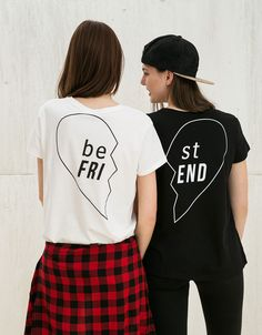 Camiseta BSK 'Best Friend'. Descubre ésta y muchas otras prendas en Bershka con nuevos productos cada semana