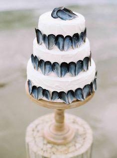 I truly adore this oyster shells wedding cake. Pearl & Godiva. Photography: Alexander James - www.alexanderjamesphotography.co.uk/