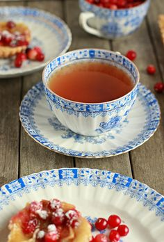 Cranberry tart and tea. Hora do chá. Café Chocolate, Tea And Crumpets, Cuppa Tea, My Cup Of Tea, Vintage Tea, Vintage Cups, High Tea, Drinking Tea, Afternoon Tea
