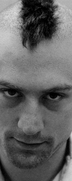 Cena do filme Taxi Driver, de Martin Scorsese. 10 filmes do ator Robert De Niro que você precisa assistir. O cinema disposto em todas as suas formas. Análises desde os clássicos até as novidades que permeiam a sétima arte. Críticas de filmes e matérias especiais todos os dias. #filme #filmes #clássico #cinema #ator #atriz