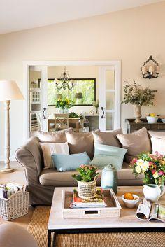 Salón con sofá marrón y vistas al comedor_ 00460742