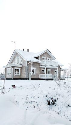 Tarjan ja Rikun hirsitalo valmistui vuonna 2010 korkealle mäen päälle. Sunroom Dining, House Layouts, Home Fashion, Beautiful Homes, Architecture Design, Home Goods, Sweet Home, Nice Houses, Cottage