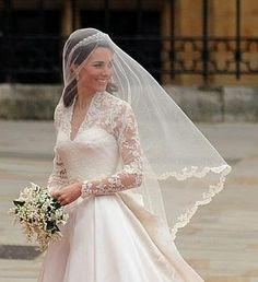 Kate Middleton de lado con velo, tiara y ramo de novia