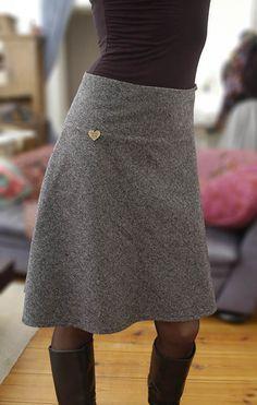 Dieser Woll-Tweedrock ist ein Verwandlungstalent....vielseitig kombinierbar zu den unterschiedlichsten Looks. Die oben schmal geschnittene und zum Knie hin leicht ausgestellte A-Linien Form,...