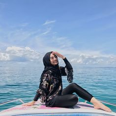 Image may contain: 1 person Hijab Fashion Summer, Modern Hijab Fashion, Hijab Fashion Inspiration, Muslim Fashion, Look Fashion, Ootd Hijab, Casual Hijab Outfit, Ootd Poses, Travel Pictures Poses
