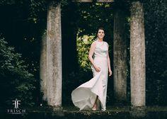 Die Hochzeitssaison ist auch bei uns in vollem Gange und so möchten wir Euch dieses Foto einer der letzten Hochzeiten natürlich nicht vorenthalten. Wir freuen uns dass wir dieses Jahr noch einige weitere grandiose Liebesbekundungen festhalten dürfen und planen bereits für die wundervollen Brautpaare 2018. Falls Ihr also plant im nächsten (oder sogar noch dieses Jahr?) zu heiraten: Meldet Euch gerne bei uns <3 #wedding #hochzeit #hochzeitsfotograf #hochzeitsfotografie #brautpaare2017 #love…