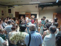 prof. Ugas circondato dal pubblico