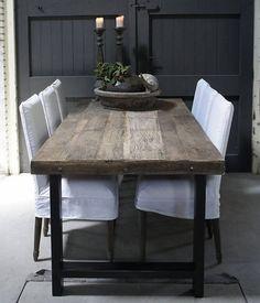 Driftwood eettafel met stoere ijzeren poot. Vervang de witte stoelen voor zwarte leren stoelen model Chaplin van Montis. Je blijft zitten ..........