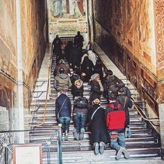 Вчера мы ходили смотреть Scala Santa (про которую я, грешник, ничего не знал) - лестницу из резиденции Пилата, по которой несколько раз проходил Иисус. Предание идет аж из девятого века - и по лестнице этой поднимаются только на коленях, как видите.