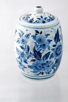 Blue and white floral Cookie Jar Delft, Chinoiserie, Art Chinois, Cookie Jars, Cookie Containers, Vases, Currier And Ives, Vintage Cookies, Blue Painting