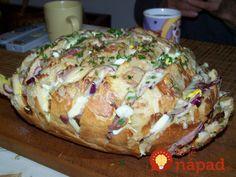 Máte doma starší chlebík? Stačí len pár zárezov, obľúbené prísady a za pár minút máte večeru ako lusk!