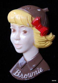 VINTAGE GIRL SCOUT PLASTIC BROWNIE PIN