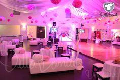 Vista completa del área lounge y pista de baile. Salón Villa Danieli decoración por Raúl Narvaez