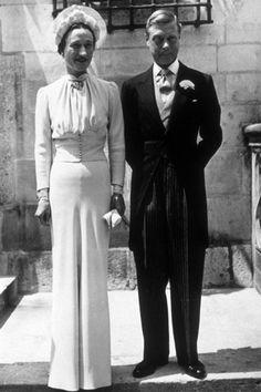 Una romántica historia de amor. Él, Eduardo, Duque de Windsor, renunció a la corona por amor a la plebeya (y divorciada) Wallis Simpson. Se casaron el 3 de junio de 1937 en París. Una boda llena de polémica cuyo protagonista fue un espectacular y elegante vestido de crepé azul, diseñado por la casa de costura Mainbocher. El enlace está de nuevo en boca de todos gracias a la última película de Madonna como directora, W.E.