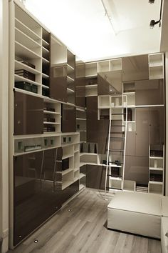 Sliding ladder that allows access to higher cabinets, maximizing open space.