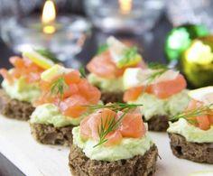 Il salmone, amatissimo nella cucina nordica, è l'ingrediente ideale per l'aperitivo. Per evitare il burro, provatelo in abbinamento a una crema di avocado.
