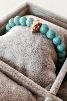 Dizarro to męska biżuteria najwyższej jakości produkowana z kamieni półszlachetnych, srebra, złota oraz kryształów Swarovski™.  Bransoletka wykonana z turkusowych howlitów oraz czaszki pokrytej 23-karatowym, złotem. Szczegóły:- czaszka pokryta 23-karatowym, włoskim złotem- bransoletka wkładana na elastycznej gumce- średnica kulek: 8 mm- bransoletka zapakowana w eleganckie, czarne pudełko