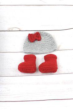 Súprava pre novorodenca je ručne háčkovaná z prírodného materiálu - z kvalitnej nórskej extra jemnej šedej a červenej 100% merino vlny vhodnej pre citlivú detskú pokožku. Súpravičk...