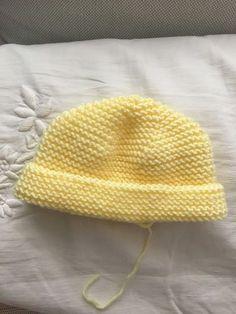 Gorro de bebé Manchester, ( punto dos agujas)   Manualidades Knitting For Kids, Baby Knitting Patterns, Crochet Baby, Knit Crochet, Baby L, Knitted Booties, Knitted Baby Clothes, Baby Scarf, Manchester