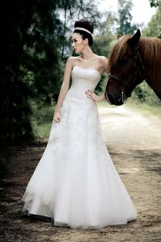 Sweetheart A-line Appliques Detailed Tulle Overlay Floor Length Wedding Dress