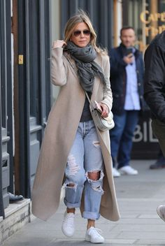 Ripped Boyfriend Jeans, Ripped Jeans, Skinny Jeans, Jean Outfits, Fall Outfits, Jennifer Aniston Style, Lightweight Scarf, Photos Of Women, Fashion Over 40