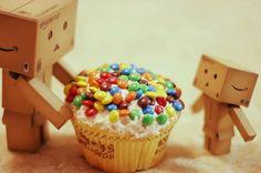 Kartonfiguren essen einen Muffin