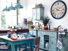 Cuisine comptoir de famille. Bleu ciel et déco rétro maîtrisés dans cette cuisine accueillante. Véritable lieu de convivialité, la cuisine esprit campagne revient plus que jamais sur le devant de la scène
