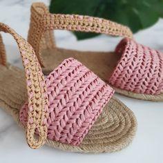 Crochet Sandals, Crochet Boots, Knit Crochet, Crochet Flip Flops, Knit Shoes, Knitted Slippers, Crochet Patterns, Crochet Ideas, Fashion Shoes