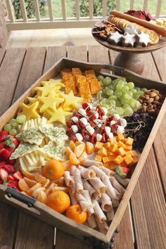 Holiday Cheese Platter for Kids - SevenLayerCharlotte - Best finger food list Christmas Cheese, Christmas Party Food, Christmas Appetizers, Xmas Food, Christmas Baking, Christmas 2019, Charcuterie Recipes, Charcuterie And Cheese Board, Appetizers For Kids