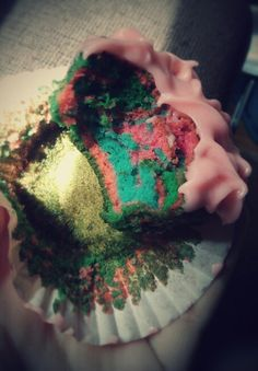 Cupcake multicolor con crema de mantequilla y queso