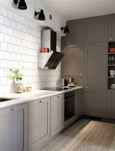 my scandinavian home: A pretty Stockholm apartment. Another gray kitchen. Love the floors. Kitchen Interior, New Kitchen, Interior Design Living Room, Kitchen Dining, Kitchen Decor, Interior Livingroom, Grey Cabinets, Kitchen Cabinets, Wall Cabinets
