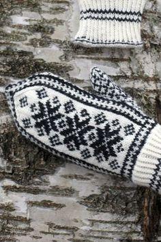 Kurkkaa kaunis, perinteinen kirjoneulelapasen ohje Novita Nalle -langalle – kokeile myös rohkeasti erilaisia väriyhdistelmiä! Knitted Mittens Pattern, Knit Mittens, Knitted Gloves, Knitting Socks, Hand Knitting, Knitting Charts, Knitting Stitches, Knitting Patterns, Norwegian Knitting