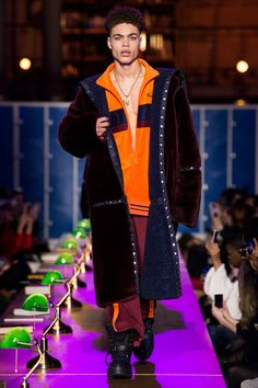 Fenty x Puma Fall 2017 Ready-to-Wear Fashion Show - Brian Whittaker Velvet Fashion, Fur Fashion, Fashion Show, Autumn Fashion, Fashion Trends, Brian Whittaker, Rihanna Style, Fashion Forecasting, Vogue Paris