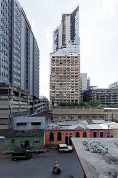 Vista del exterior de la Torre David, Caracas, Venezuela. Fotografía ©Iwan Baan. Cortesía de Iwan Baan y Lars Müller Publishers.