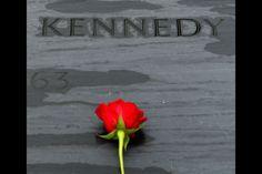 Cementerio de Arlington, EE. UU., 22 de noviembre de 2013. Estados Unidos rinde homenaje a Kennedy en el 50 aniversario de su asesinato. En Dallas, la ciudad texana que vio morir al presidente, y en Arlington (Virigina), donde se encuentra la tumba de JFK, diversos actos recordaron al presidente más famoso y querido de los estadounidenses. Foto: AFP.