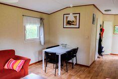 De keuken en eettafel zijn lekker licht. Corner Desk, Modern, Furniture, Home Decor, Chalets, Corner Table, Trendy Tree, Decoration Home, Room Decor