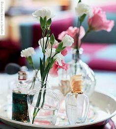 Tá cheio de vidrinho de perfume vazio no armário né? Aí você tá com dó de jogar tudo fora, mas os vidros estão ocupando espaço para perfumes novos… Olha essa ideia: Pronto! Agora já sabe o qu…