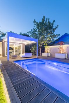 Med riktig belysning får du en fin oase ute på terrassen også om kvelden - hagedesign av Darren Saines med MøreRoyal® terrassebord