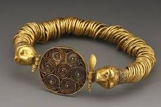 A COILED-WIRE BRACELET WITH FELINE-HEAD TERMINALS D. 8 cm. Gold  Bulgaro - Thracian, 4th-3rd cent. B.C