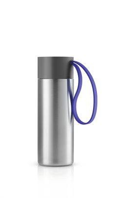 To Go Cup by Eva Solo (Thermos Bottle Design) To Go Becher, Pots And Pans Sets, Vacuum Cup, Hand Blender, Water Bottle Design, Tumbler Designs, Cup Design, Plastic Bottles, Water Bottles