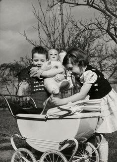 Kinderen. Jongen en meisje spelen vadertje-moedertje met pop en kinderwagen. Nederland, 1950-1960.