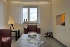 Die neue gemütliche Hotellobby mit Kamin Modern, Mirror, Furniture, Home Decor, Environment, Cottage Chic, Homemade Home Decor, Trendy Tree, Mirrors